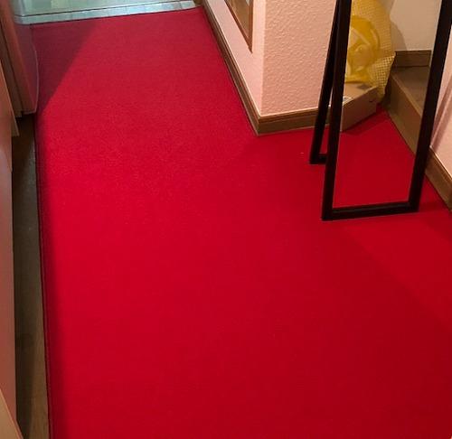 赤い無地のカーペット